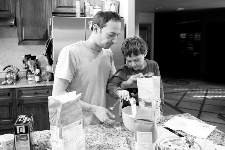 family lifestyle photography, storytelling, making pancakes 03