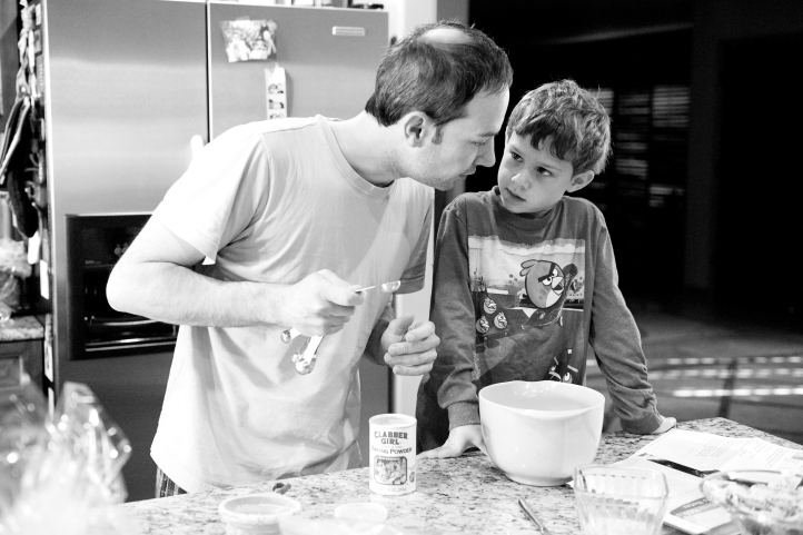 lifestyle family photography, storytelling, father and son making pancakes 05